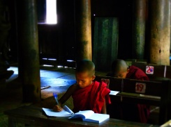 Jonge monniken krijgen les. Bagaya klooster, Innwa